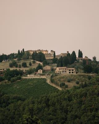 Castello di Casole, au sommet de la colline.