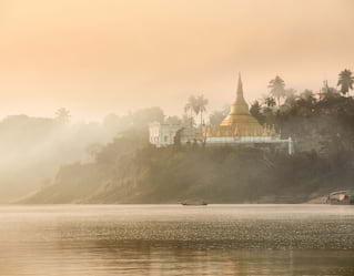 Eine goldene Pagode am gegenüberliegenden Ufer des Ayeyarwady