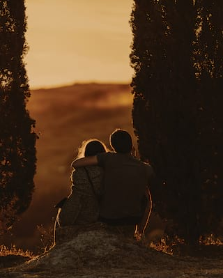 silhoutte of two people in tuscany
