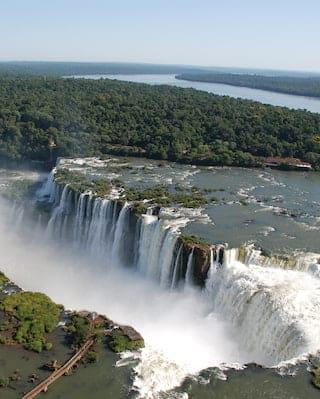 Vista aérea da névoa vinda das Cataratas do Iguaçu, no Brasil