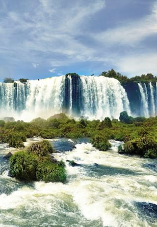 Las cataratas del Iguazú cayendo sobre el borde de una meseta