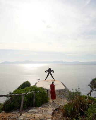 Mujer caminando por un camino de piedra en Sa Bassa Blanca