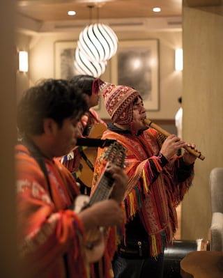 Tocadores de flauta em uma tradicional banda peruana